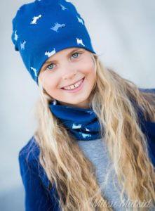 Sinine Miisu Müts tüdruku peas