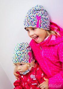 Kaks tüdrukut roosade kassidga Miisu Mütsidega