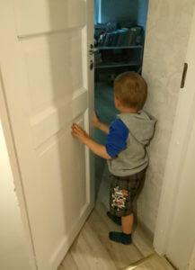 laps piilub esimest kord enda remonditud tuppa