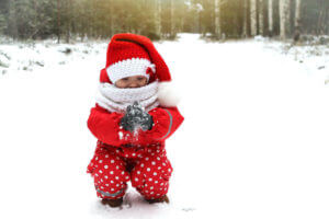 Päkapikumütsika tüdruk lumel