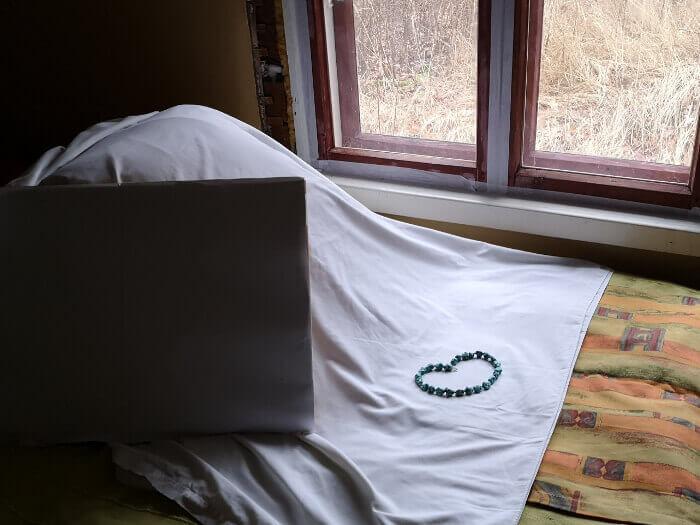 Valgel linal akna all on kaelakee