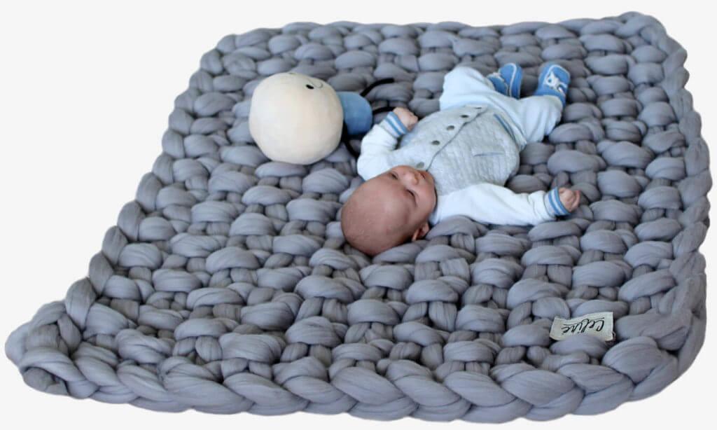 vajalikud-beebitooted-beebi-pehmel-tekil