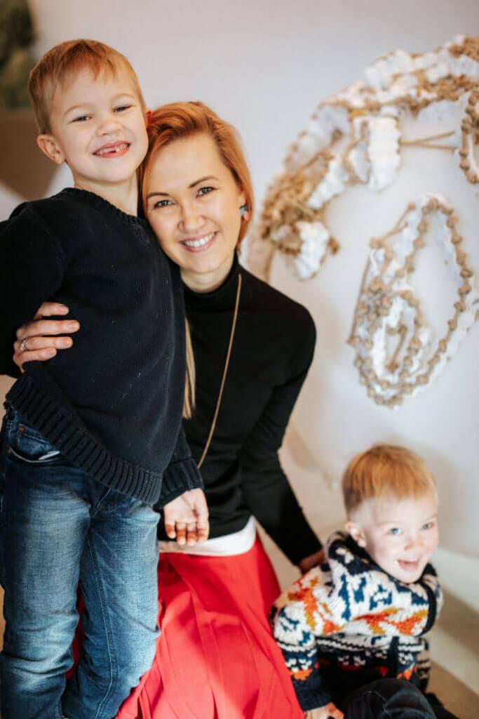 Katri Voitka oma poegadega