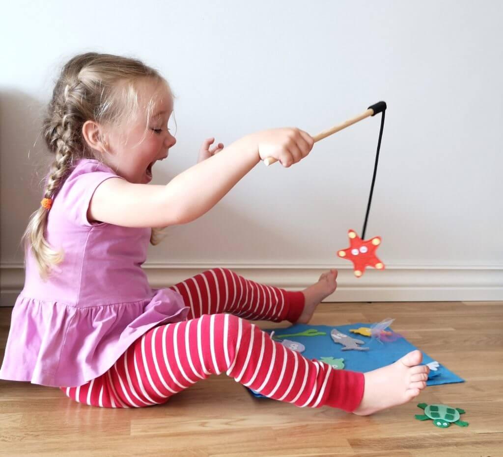 Lapse koordinatsiooni arengu suunamine - tüdruk mängib kalamängu
