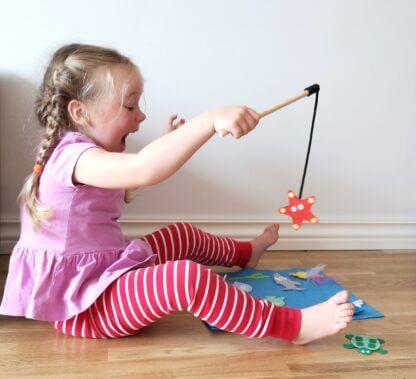 Tüdruk mängi kalamängu