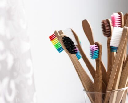 värvilised-hambaharjad-klaasis