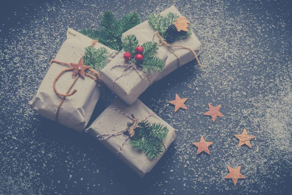 Käsitööpaberisse pakitud kingitused