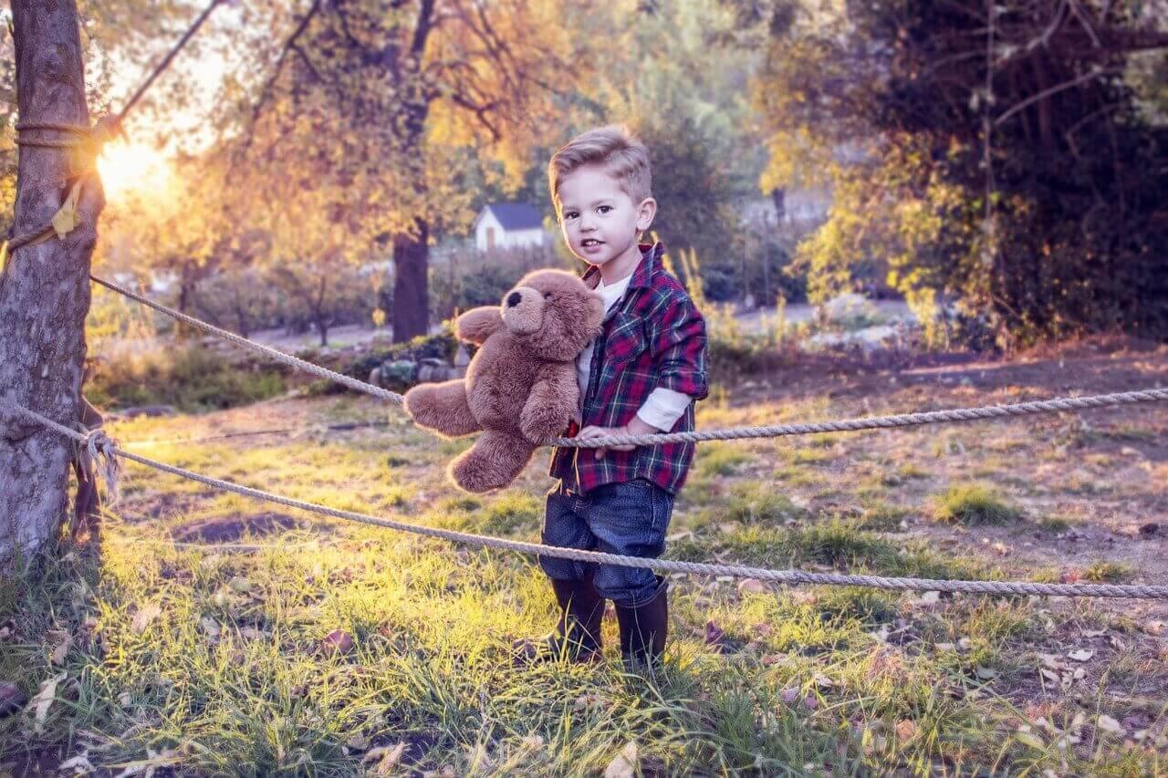 lapse areng ja mängimine on tihedalt seotud, pildil poiss mängukaruga