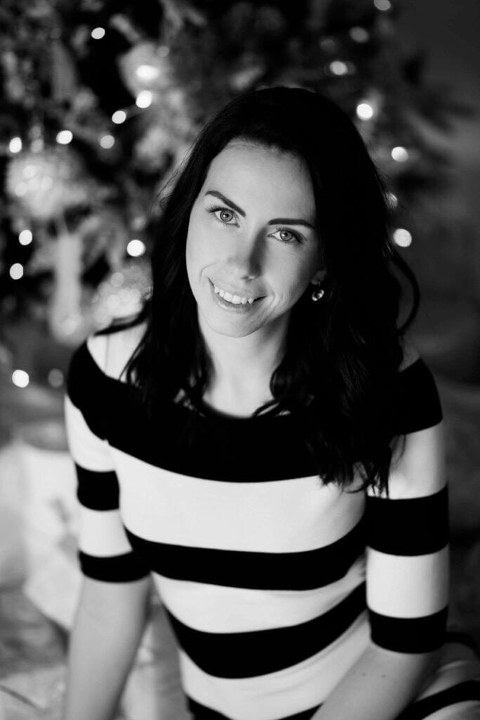 naine-naeratab-jõulukuuse-ääres