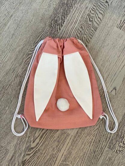 Roosa kott valgete kõrvadega