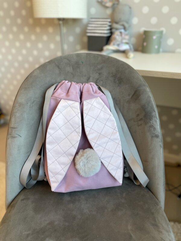 roosa kott kõrvade ja sabaga