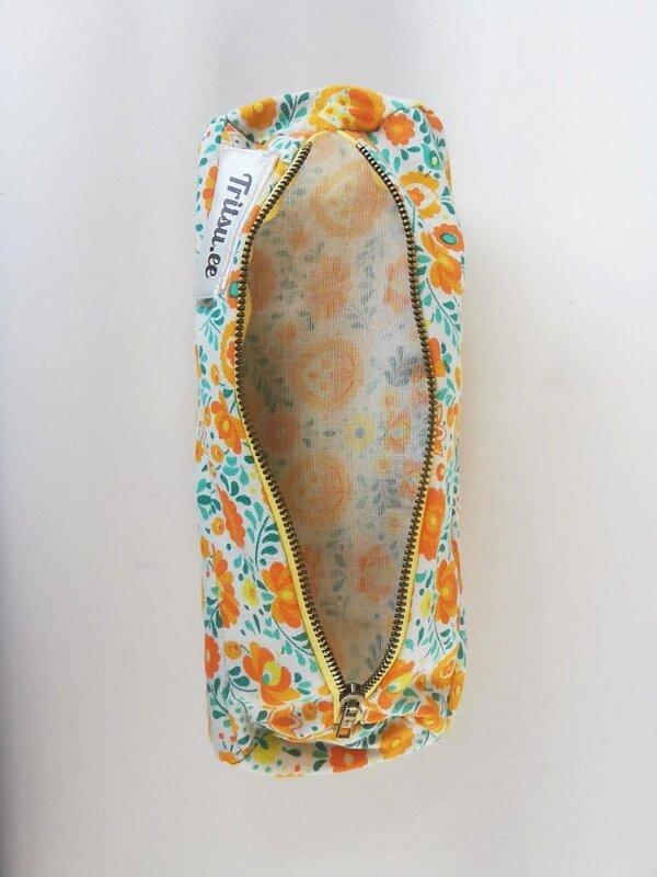 Kollane lilleline kolme sektoriga kott avatult