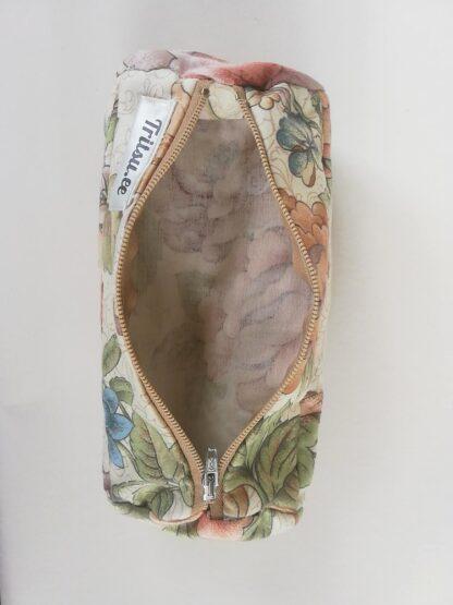 Lilleline suur kott tumesinise, pruuni, beeži lukuga avatult